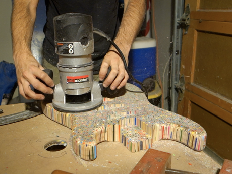 Une guitare éléctrique constituée de 1200 crayons de couleur