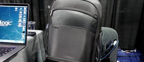 CES2019 : Targus présente un sac à dos avec une poche de recharge pour smartphone.