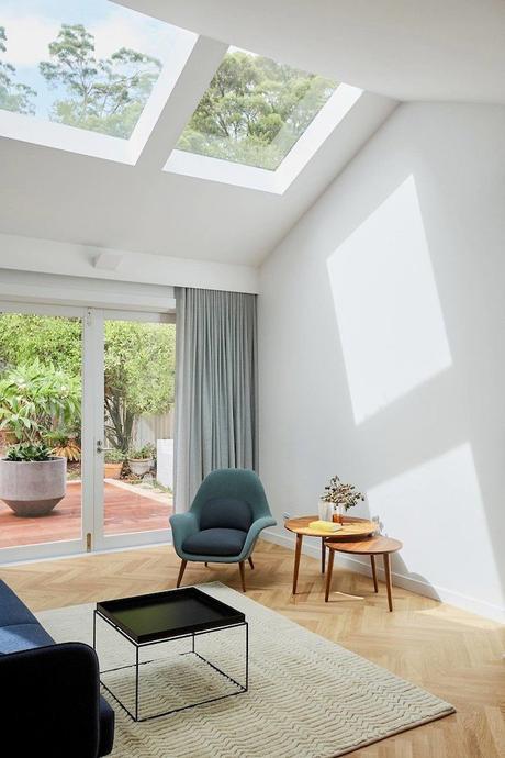 maison avec puits de lumière salon terrasse tapis table basse bois parquet blog déco clem around the corner