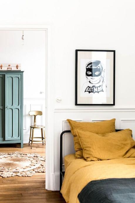 déco couleur jaune moutarde chambre lit draps tableau batman parquet blog déco clem around the corner