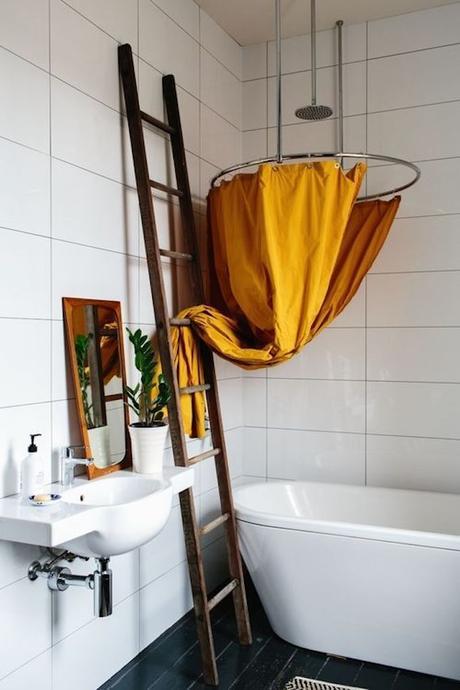 déco couleur jaune moutarde rideau baignoire échelle décoration salle de bain vintage blog déco clem around the corner