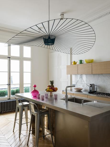 cuisine ilot vertigo suspension constance guisset pied-à-terre parisien - blog déco - Clem Around The Corner