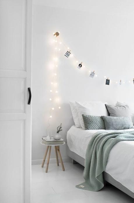 aménagement chambre à coucher feng shui chambre épurée blanche guirlandes lumineuses -blog déco- clem around the corner