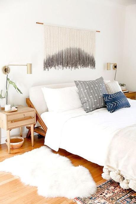 aménagement chambre à coucher feng shui lit blanc tapis fourrure -blog déco- clem around the corner