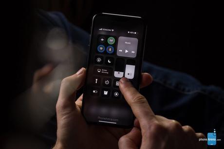 iOS 13 : un rendu 3D du mode sombre sur l'iPhone XI