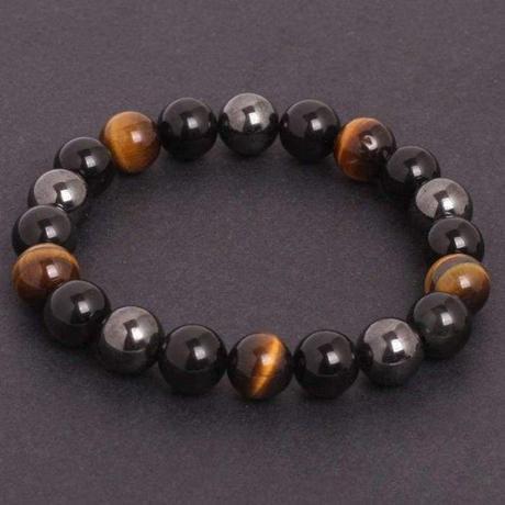 un bracelet en pierre oeil de tigre