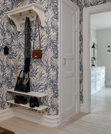 appartement suédois hall tapisserie bleu - blog déco - clem around the corner