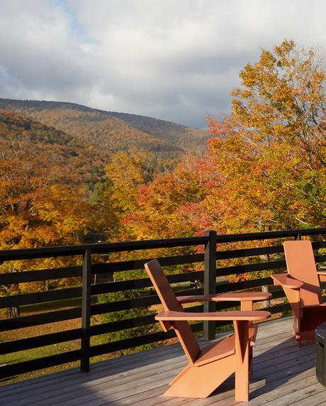 chalet noir paysage chaise terrasse orange - blog déco - clem around the corner