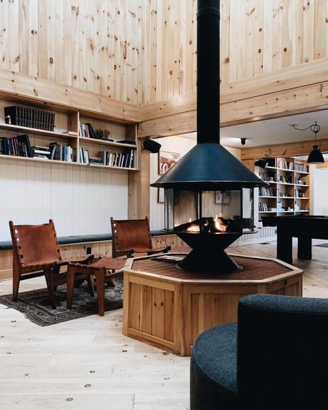 chalet noir salon poêle noir fauteuil cuir marron - blog déco - clem around the corner
