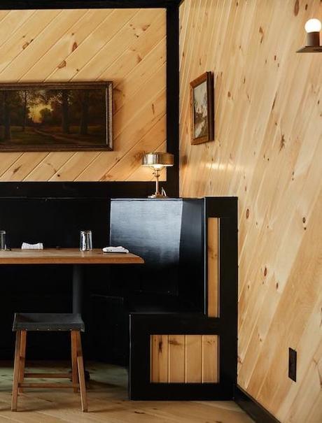 chalet noir table à manger bois marron tabourets noirs - blog déco - clem around the corner