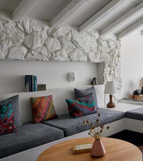 chalet noir chambre lumineuse poutres apparentes murs pierres - blog déco - clem around the corner