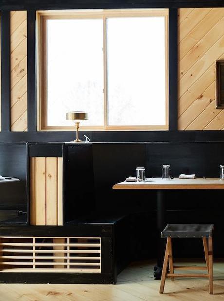 chalet noir table à manger bois marron tableaux - blog déco - clem around the corner