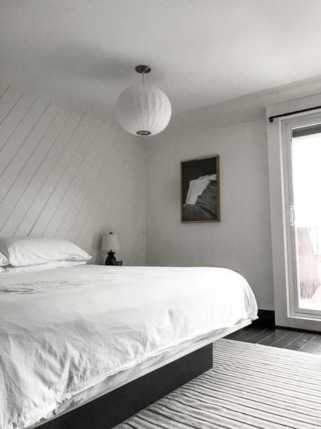 chalet noir chambre tapis rayures lampe ronde - blog déco - clem around the corner