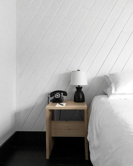 chalet noir chambre blanche table chevet bois - blog déco - clem around the corner