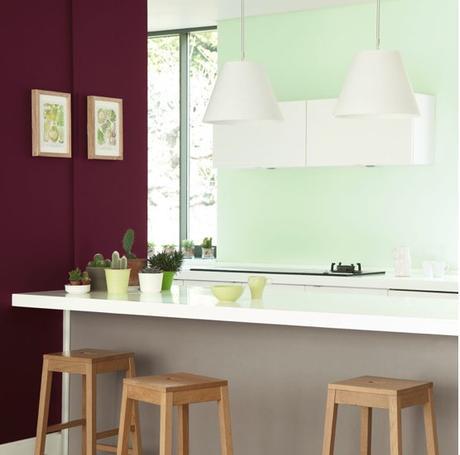 décoration vert céladon bar cuisine mur prune tabouret bois - blog déco - clem around the corner