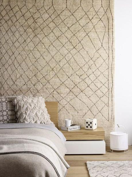 comment fixer un tapis au mur chambre cocooning lit décoration tenture murale accrocher - blog déco - clem around the corner