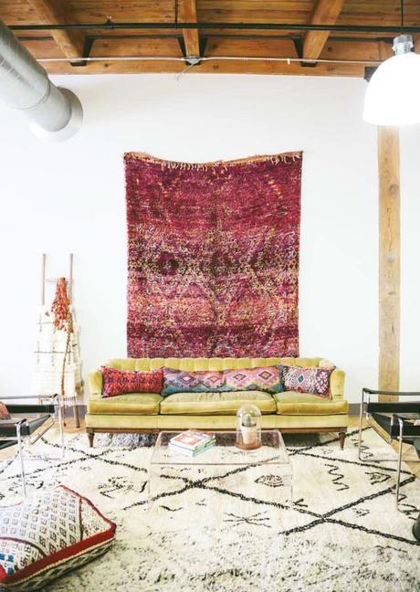 comment fixer un tapis au mur décoration couleurs canapé salon bohème - blog déco - clem around the corner