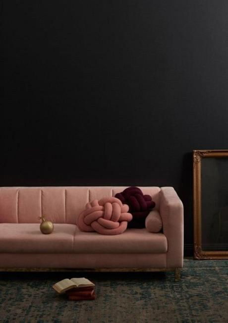 millennial pink canapé rectangle salon sombre - blog déco - clem around the corner