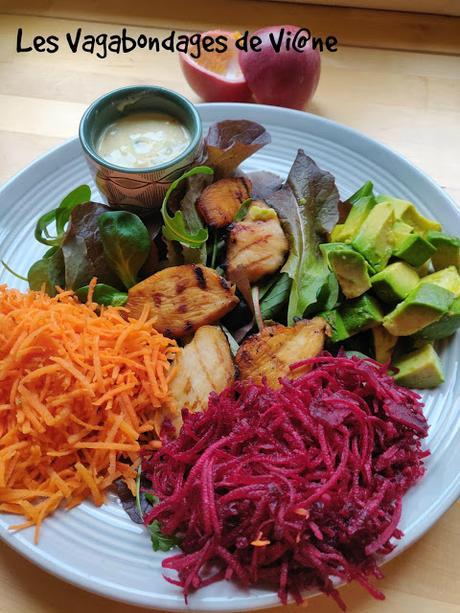 Salade carotte, betterave, avocat, poulet grillé