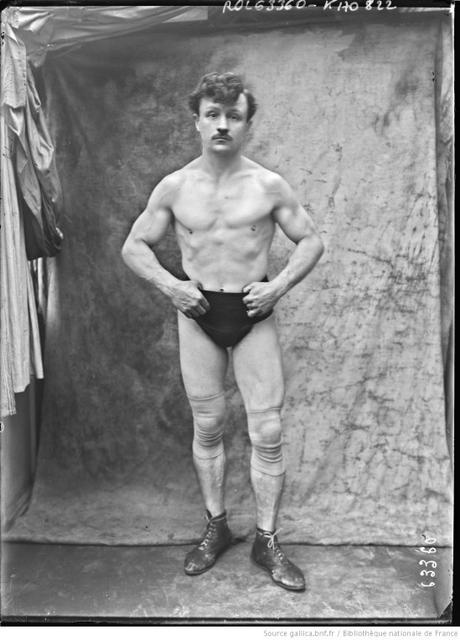 C'est simple : un lutteur sans moustache ce n'est pas vraiment un lutteur ! Images gallica.bnf.fr