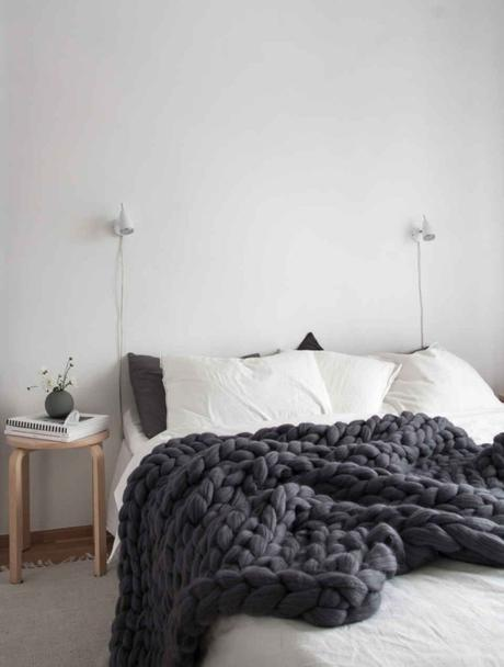 studio chambre étudiant lit blanc plaid laine tabouret bois - blog déco - clem around the corner