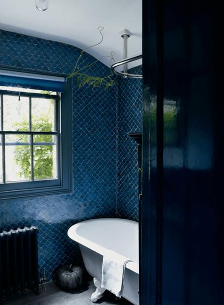 carrelage écaille de poisson bleu marine salle de bain