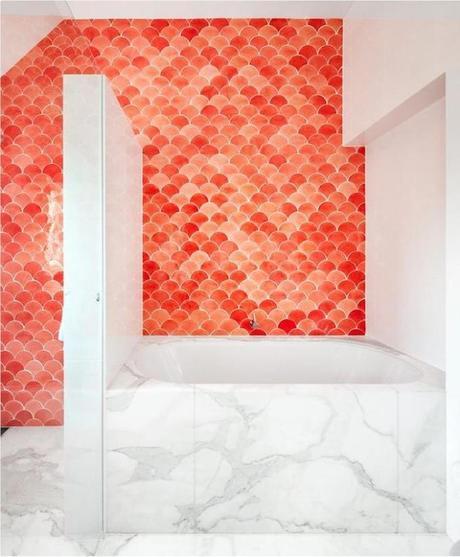 carrelage écaille orange salle de bain blanc marbre