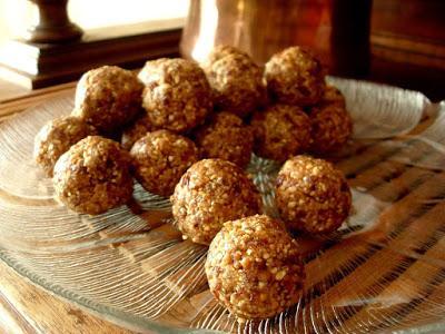 Boulettes de fruits aux cacahuètes et aux raisins secs (Vegan)