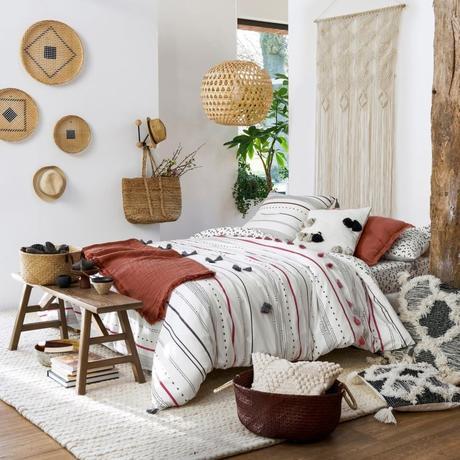 panier de rangement chambre bohémienne rouge blanche coussin pompon style berbère - blog déco - clem around the corner