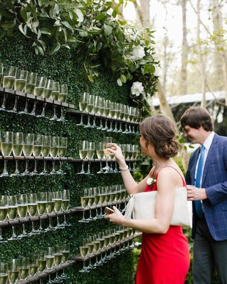 mur flute à champagne open bar decoration originale mariage clemaroundthecorner