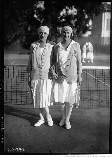 Diddie Vlasto (à droite) en compagnie de Suzanne Lenglen, sa partenaire de double. Image : http://gallica.bnf.fr