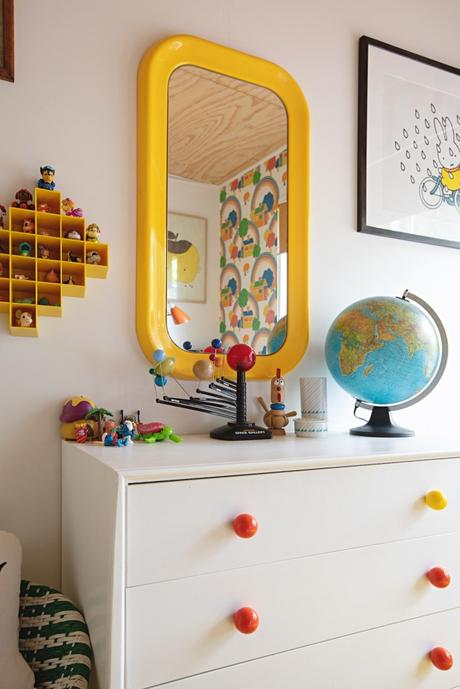 maison rétro australie commode chambre enfant jaune jouets - blog déco - clem around the corner