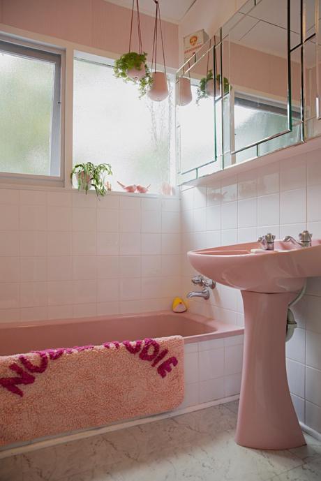 maison rétro australie salle de bain rose baignoire - blog déco - clem around the corner