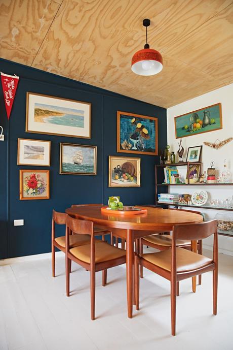 maison rétro australie mur bleu table chaises en bois vintage salle à manger déco bibelots - blog déco - clem around the corner
