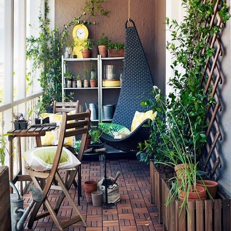 plante balcon ouest lierre terrasse bois fauteuil suspendu - blog déco - clem around the corner