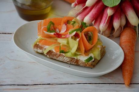 Tartine de ricotta aux légumes printaniers