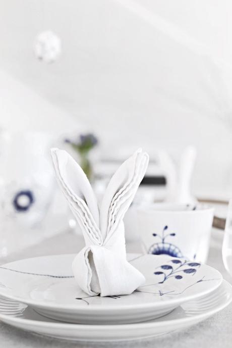 Pâques diy pliage serviette de table en forme d'oreilles lapin blanc assiette ronde bleu