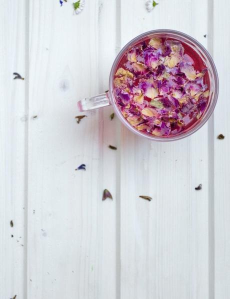 Mariage Frères tasse verre thé rose pétale fleur table bois blanche - blog déco - clem around the corner