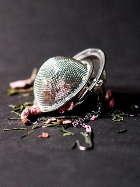 Mariage Frères boule thé tradition fleur rose feuille séchée fond noir - blog déco - clem around the corner