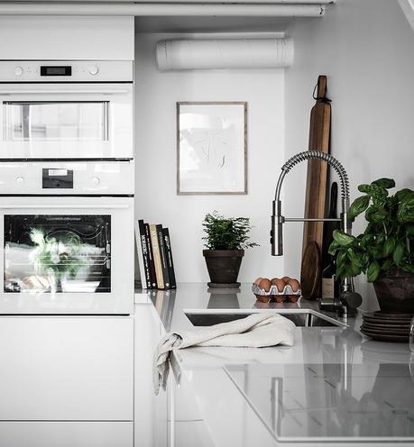 loft suédois cuisine four frigo blanc basilic - blog déco - clem around the corner