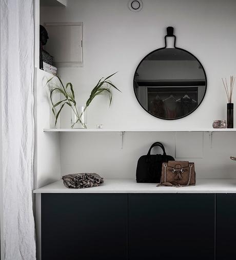 loft suédois dressing miroir rond noir - blog déco - clem around the corner