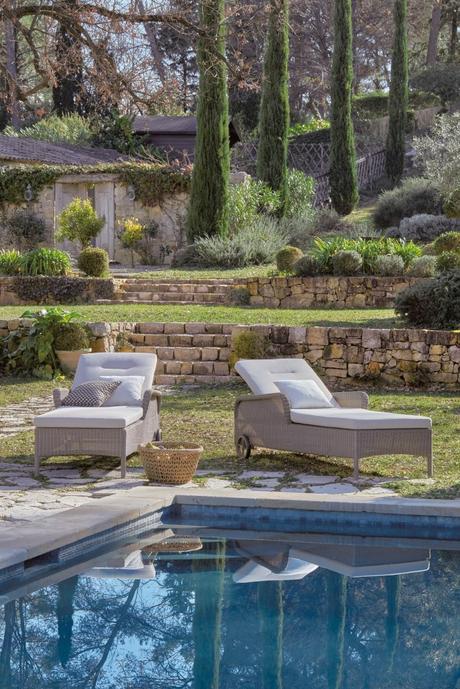 superbe villa avec piscine vue sur jardin en terrasses meubles extérieur chaise longue