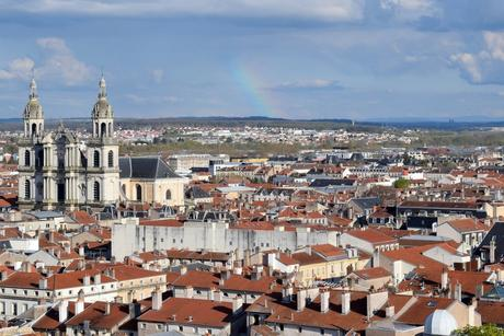 Les toits de Nancy, la cathédrale et au loin, les Vosges © French Moments