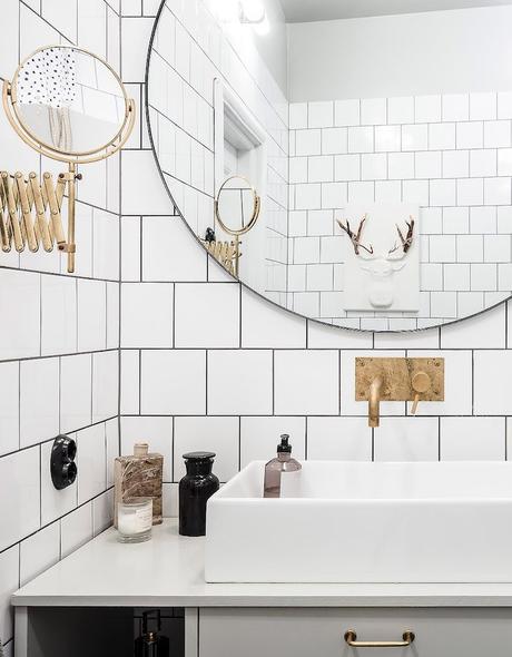 ambiance rustique salle de bain blanche dorée miroir rond - blog déco - clem around the corner