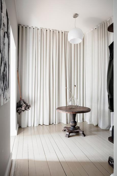 ambiance rustique hall entrée rideaux crème - blog déco - clem around the corner