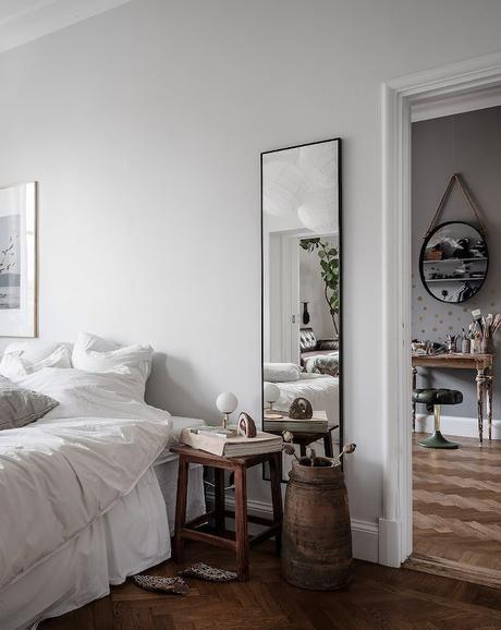 ambiance rustique chambre lit blanc miroir - blog déco - clem around the corner