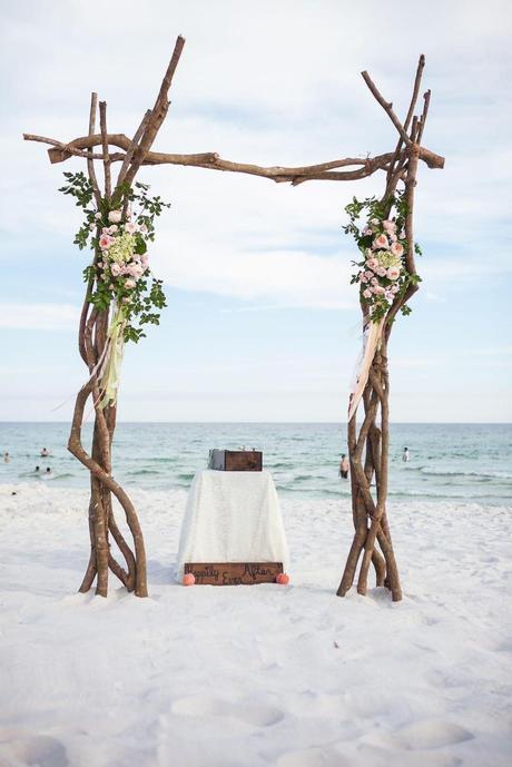 mariage sur la plage déco bohème arche bois hotel drap blanc