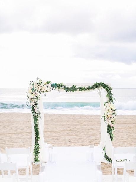 arches voile blanc plante grimpante fleurs blanches plage mariage