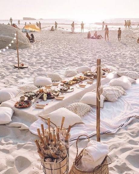 blog déco table sol pieds dans sable style bohémien drap coussin beige
