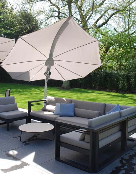 parasol en forme de feuille blanche salon de jardin coussin matelas terrasse jardin déco décoration